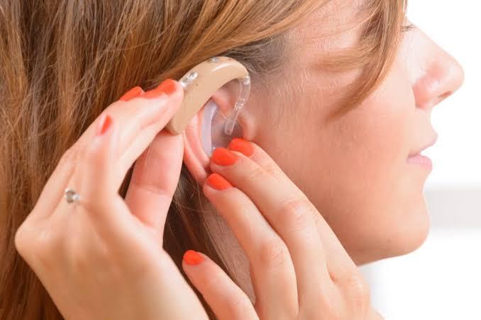 diferença entre aparelho auditivo e amplificador